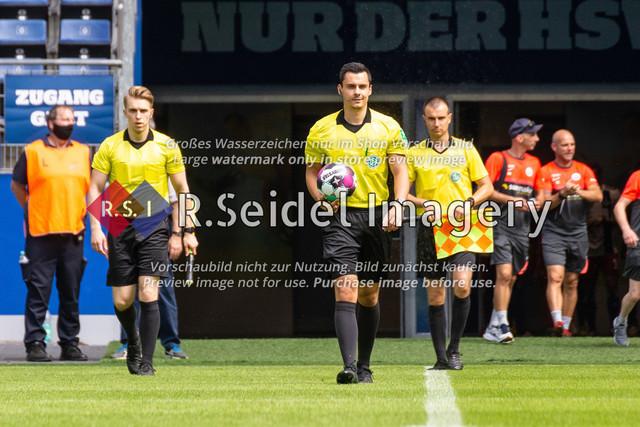 Einlauf der Schiedsrichter ins Stadion | Konrad Oldhafer (Schiedsrichter) mit den Linienrichtern