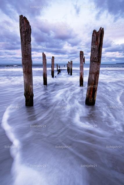 Holzstangen am Strand | Holzstangen am Ostseestrand im Abendlicht, Wasserbewegung in Langzeitbelichtung - Location: Insel Rügen, Juliusruh