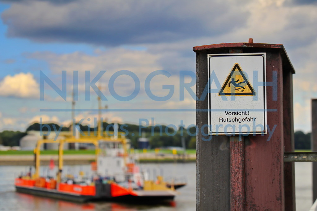 Vorsicht Rutschgefahr | Warnschild am Fähranleger der Weserfähre bei Berne.