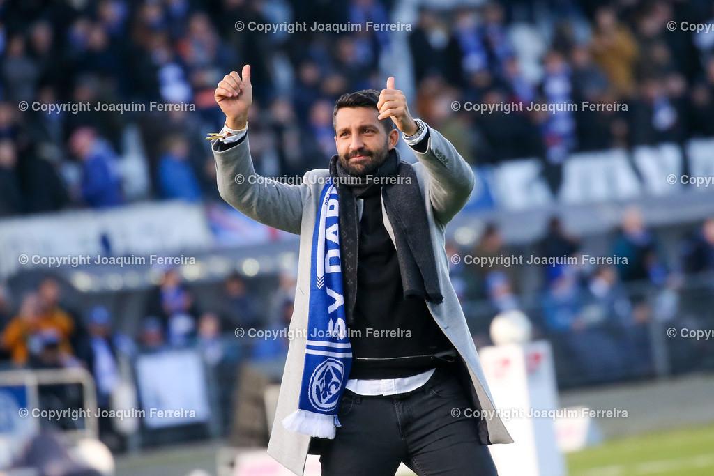 191221svdvshsv_0266 | 21.12.2019 Fussball 2.Bundesliga, SV Darmstadt 98-Hamburger SV emspor, despor  v.l.,  EL Capitano Kapitän Aytac Sulu bedankt sich bei den Fans, bedanken, Dank. Mannschaft nach dem Spiel, after the match bedankt sich bei den Fans, applauds the fans    (DFL/DFB REGULATIONS PROHIBIT ANY USE OF PHOTOGRAPHS as IMAGE SEQUENCES and/or QUASI-VIDEO)