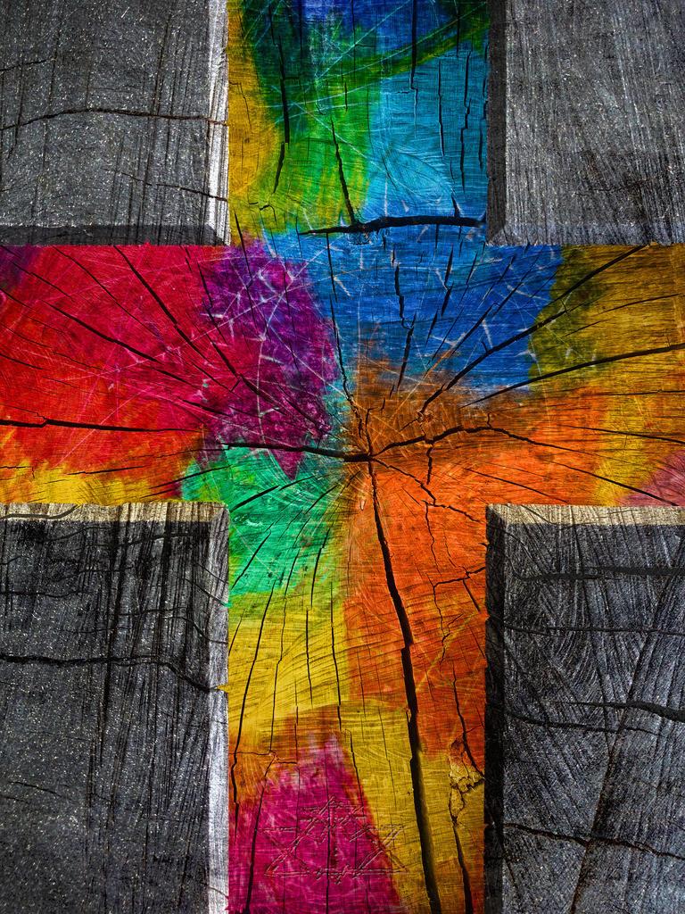 Farben im Holzkreuz | Ich denke:  Das Kreuz ist weniger zum Anfassen, als zum Hineinschauen und Erkennen.