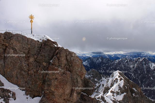 Am Gipfelkreuz der Zugspitze | Gipfelkreuz oben auf der Zugspitze in Deutschland bei Tageslicht im Winter
