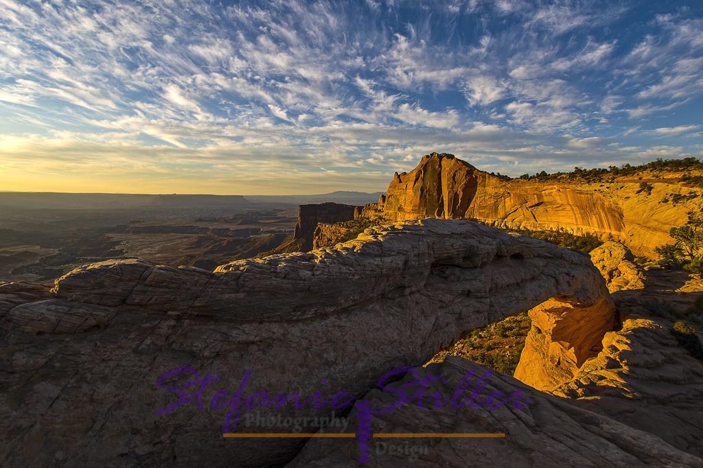 Traunhafter Sonnenaufgang über Mesa Arch | Die Felsen glühen im Morgenlicht