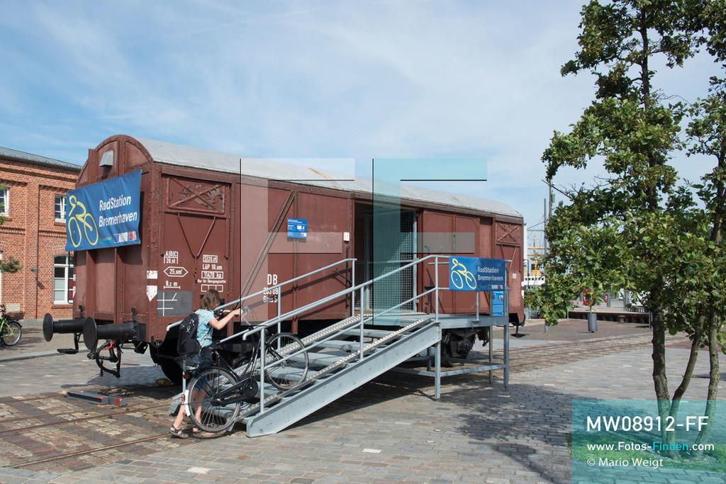 MW08912-FF | Deutschland | Niedersachsen | Bremerhaven | Reportage: Reise entlang der Weser | Die RadStation Bremerhaven ist in einem alten Eisenbahnwaggon von 1954 untergebracht und liegt im Stadtviertel Havenwelten bzw. am Weserradweg. Hier können Besucher Fahrräder mieten und ihr Gepäck aufbewahren. Nahe Bremerhaven fließt die Weser nach 452 km in die Nordsee.  ** Feindaten bitte anfragen bei Mario Weigt Photography, info@asia-stories.com **