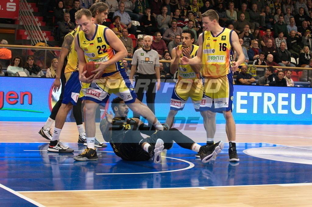 Phoenix Hagen - Kirchheim Knights | Jonas Grof (Phoenix) mit Ball und der am Boden liegende Dajuan Marquise Graf