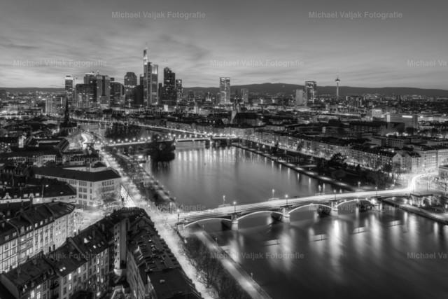 Frankfurt am Main scharz-weiß | Die Skyline von Frankfurt am Main nach Sonnenuntergang in schwarz-weiß.