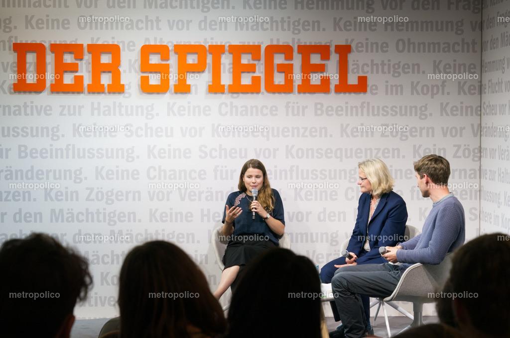 Luisa Neubauer und Alexander Repenning im Gespräch mit SPIEGEL-Redakteurin Annete Bruhns auf der Frankfurter Buchmesse