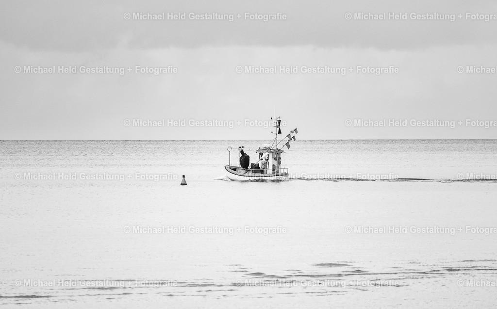 Fischer an der Ostsee | Ein Fischer läuft aus dem Hafen von Marina Wendtorf aus