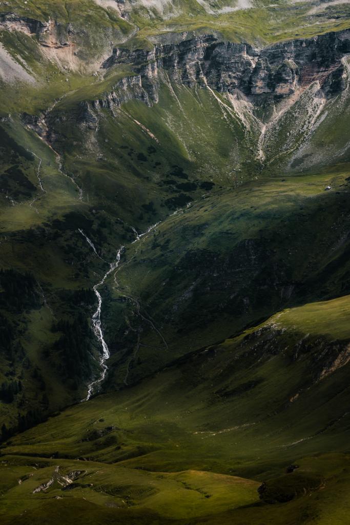 The Power of Nature | Spüre die Weite der Berglandschaft der Glocknergruppe, aufgenommen auf dem Weg zum Großglockner. PS: Der weiße Punkt im oberen rechten Drittel ist ein Haus.