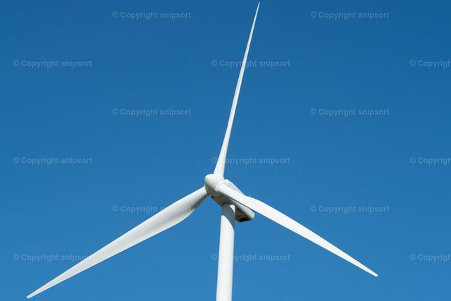 Windrad | Detail von einem Windrad mit blaum Himmel im Hintergrund.