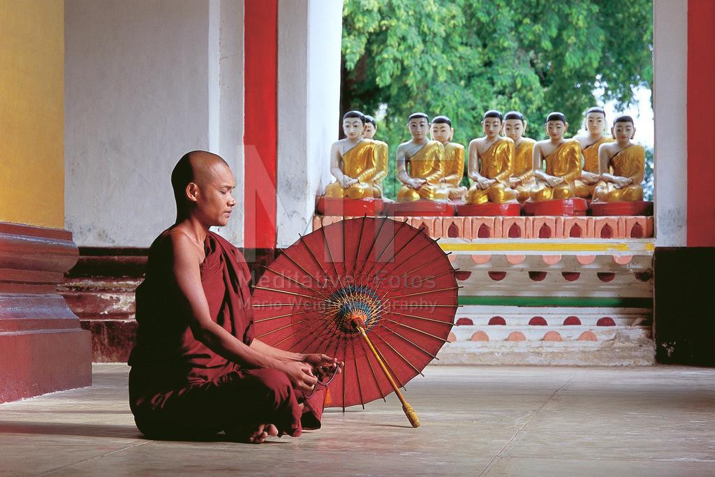 MW2001-2006 | Fotoserie DER ROTE SCHIRM | Meditierender Mönch in Amarapura