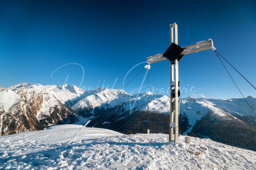 Padaunerkogel   Gipfelkreuz am Padaunerkogel mit Blick zum Olperer