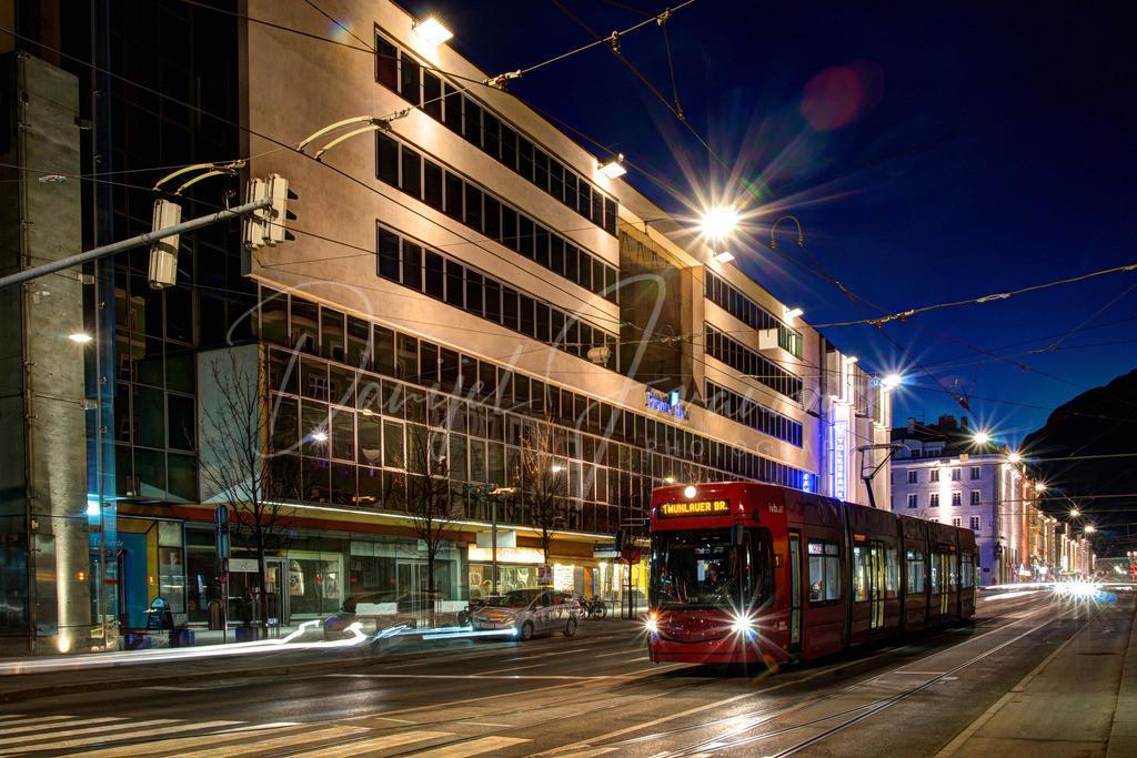 Innsbruck | Museumstraße mit Straßenbahn