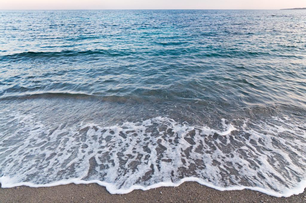 Best. Nr. wasser15   Wellen am Strand der Costa de los Pinos, Mallorca   Das Element Wasser steht mit dem Norden in Verbindung, seine Farben sind blau, blauviolett und schwarz, seine Form ist wellig oder tropfenförmig oder unregelmäßig. Wasser passt sich jeder Form an und formt doch diedie Umgebung. Es steht in Verbindung mit Kommunikation, Übermittlung von Ideen und den Künsten, daher eignen sich die Motive besonders für Kreativagenturen und das Umfeld der (digitalen) Medien, zu Hause sind das Badezimmer aber auch das Arbeitszimmer typische Orte, an denen Wasserbilder eingesetzt werden können.