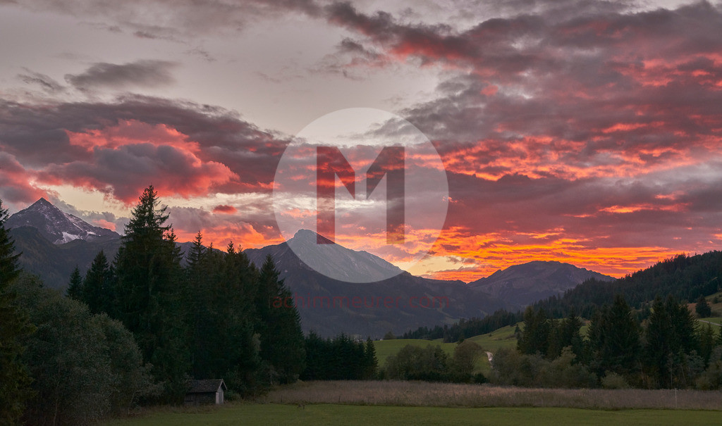 Sonnenuntergang im Tannheimer Tal im Herbst