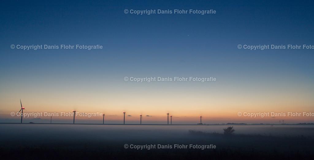 Nebelmühlen | Winkrafträder an der Nordseeküste, im Nebel wirkt die Szene fast surreal