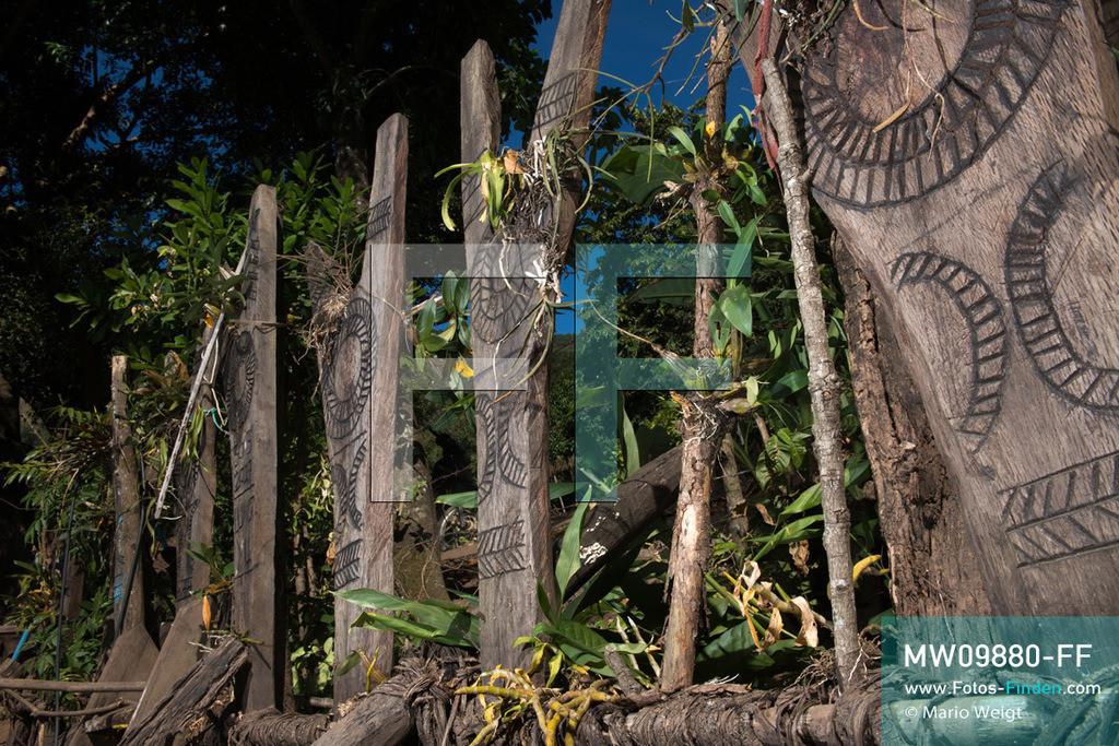 MW09880-FF   Myanmar   Mindat   Reportage: Mindat im Chin State   Y-förmige Holzpfähle (Totem) der Volksgruppe der Chin im Bergdorf Pan Awet. Die Pfosten symbolisieren die Anzahl der geopferten Tiere, meist Mithun (Wildochse) oder Büffel, während eines schamanischen Rituals oder einer großen Feierlichkeit. Demnach zeigen die Pfähle ebenfalls den Reichtum der Chin-Familie.  ** Feindaten bitte anfragen bei Mario Weigt Photography, info@asia-stories.com **