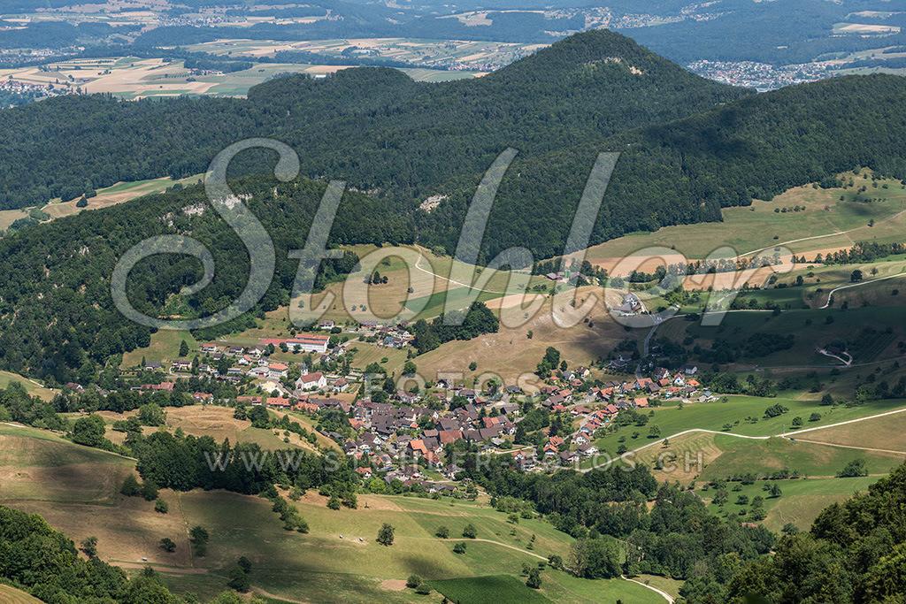 Dorf Bärschwil (SO) | Blick auf Bärschwil, im Hintergrund der Stürmenchopf (769 m.ü.M.), Bärschwil im Kanton Solothurn.