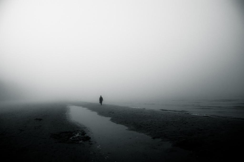 vast stillness    Düstere Stimmung und Nebel am Strand bei Prora. Rügen