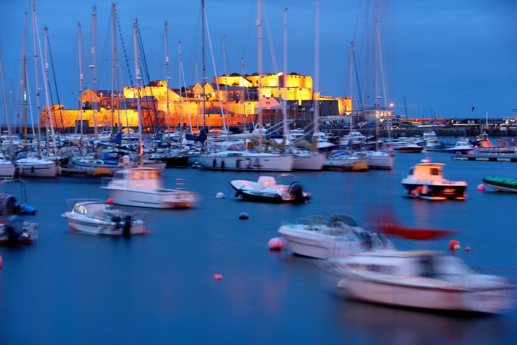 St.Peter Port | Die Festung Castle Cornet am Hafen von  St.Peter Port, im Osten der Insel, groesster Ort, Haupthafen, viele Segelboote liegen im Hafen. St.Peter Port, Guernsey,