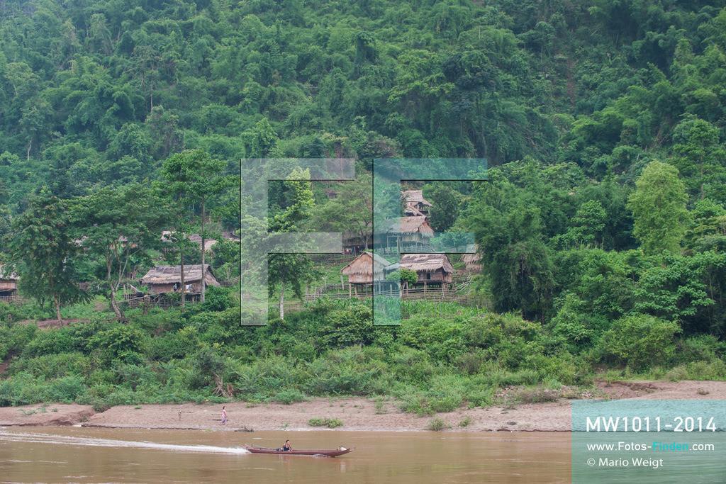 MW1011-2014 | China - Thailand | Schiffsreise mit dem Cargoboot von Guan Lei nach Chiang Saen auf dem Mekong | Siedlung auf der laotischen Seite des Mekong, der in Laos und Thailand auch Mae Nam Khong (Mutter aller Flüsse) genannt wird.   ** Feindaten bitte anfragen bei Mario Weigt Photography, info@asia-stories.com **