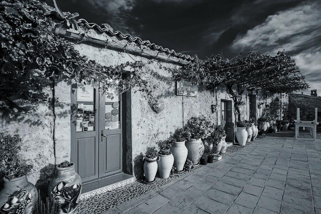 Taverna La Cialoma | Pittoreske, malerische Hauswand mit Tonkrügen an der Piazza Regina Margherita, Marzamemi, Sizilien