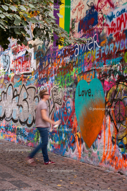 Sprayer Love   junger Mann sprayt Love an John-Lennon-Wall in Prag