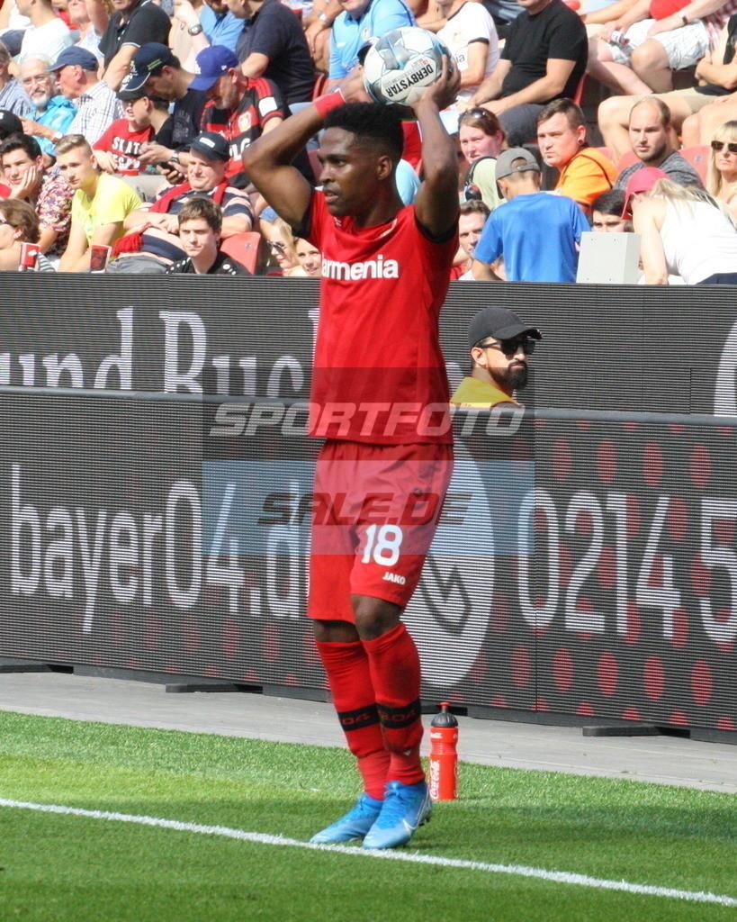 Bayer 04 Leverkusen - TSG 1899 Hoffenheim | Bayers Wendell beim Einwurf