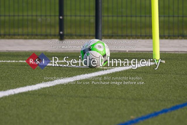 weiß-grüner Fußball vor der Eckfahne am Sportplatz