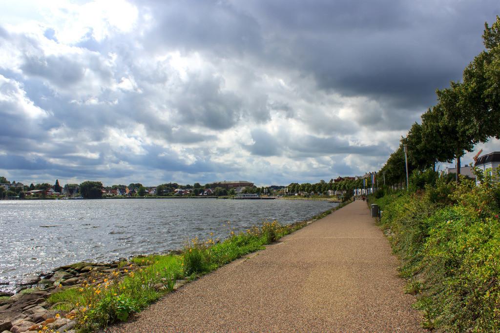 Schleswig an der Schlei   Weg an der Schlei in Schleswig