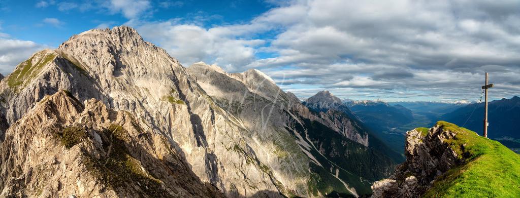 Panorama Wankspitze   Die Wankspitze ist ein atemberaubender Aussichtsberg am Mieminger Plateau. Hier das Gipfelkreuz mit der imposanten Mieminger Kette