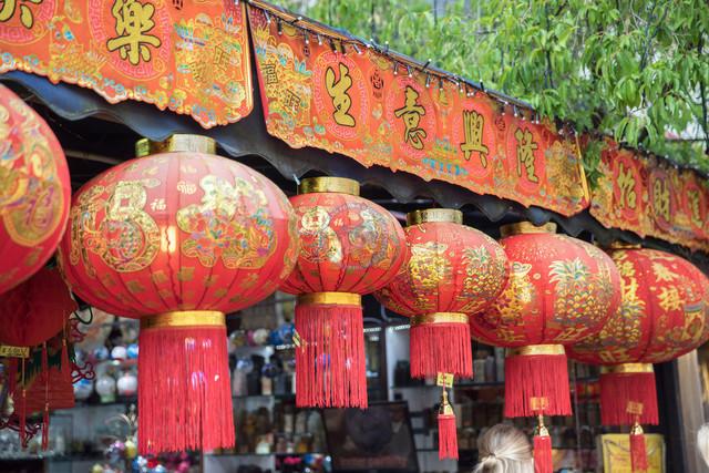 Singapur Chinatown verzierte Lampions | SGP, Singapur, Singapur, 22.02.2017, Singapur Chinatown verzierte Lampions © 2017 Christoph Hermann, Bild-Kunst Urheber 707707, Gartenstraße 25, 70794 Filderstadt, 0711/6365685;   www.hermann-foto-design.de ; Contact: E-Mail ch@hermann-foto-design.de, fon: +49 711 636 56 85