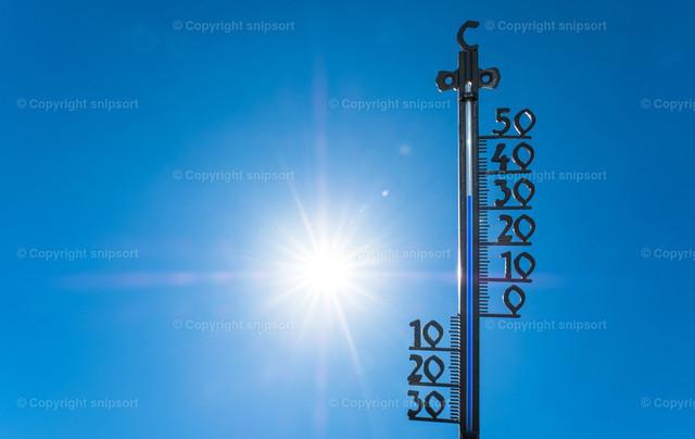Heißer Sommertag | Konzept von steigenden Temperaturen im Sommer als Folge der globalen Erwärmung.