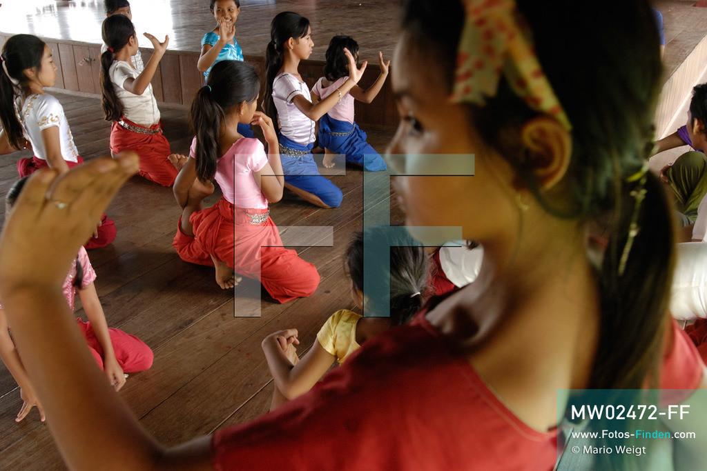 MW02472-FF   Kambodscha   Phnom Penh   Reportage: Apsara-Tanz   Schülerinnen lernen in einer Tanzschule den Apsara-Tanz. Sechs Jahre dauert es mindestens, bis der klassische Apsara-Tanz perfekt beherrscht wird. Kambodschas wichtigstes Kulturgut ist der Apsara-Tanz. Im 12. Jahrhundert gerieten schon die Gottkönige beim Tanz der Himmelsnymphen ins Schwärmen. In zahlreichen Steinreliefs wurden die Apsara-Tänzerinnen in der Tempelanlage Angkor Wat verewigt.   ** Feindaten bitte anfragen bei Mario Weigt Photography, info@asia-stories.com **
