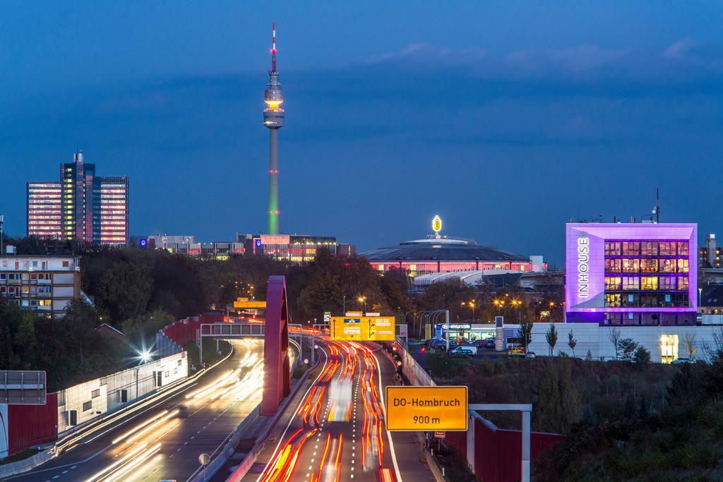 JT-131030-027   Skyline von Dortmund, mit Autobahn A40, Ruhrschnellweg die in Dortmund als Bundesstraße 1 weiter geht. Florian Turm im Westfalenpark. Westfalenhalle, Rheinlanddamm Brücke über die Emscher.