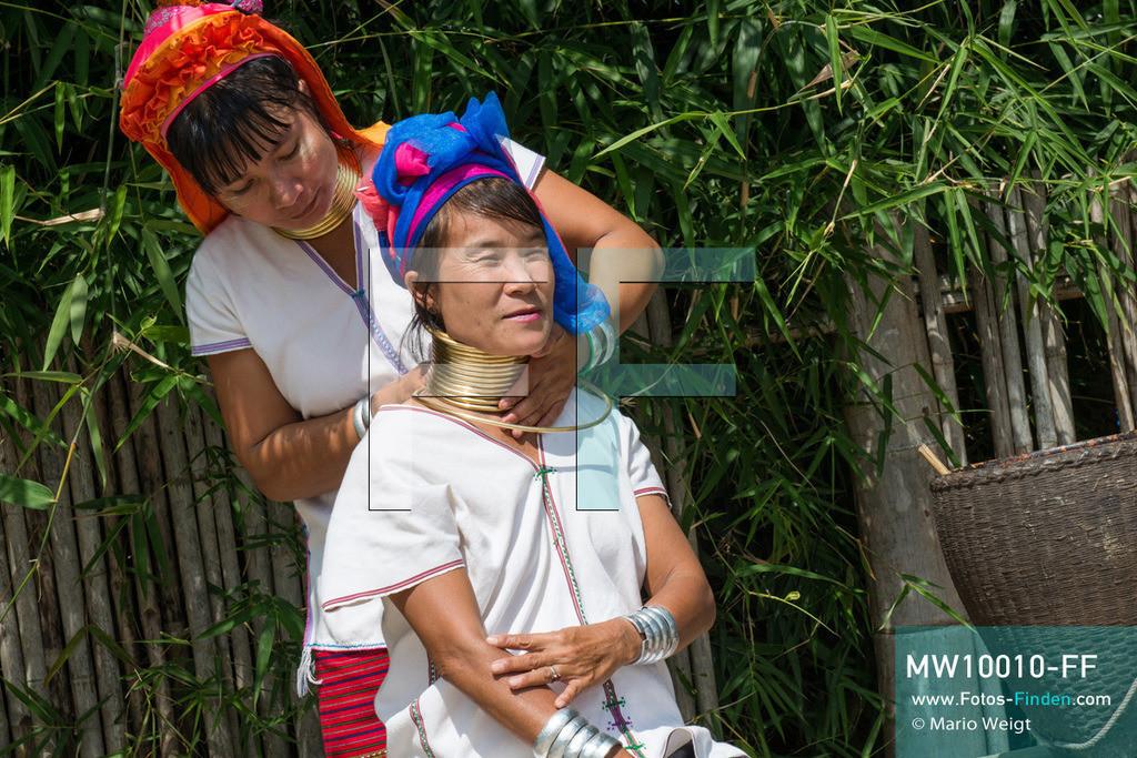 MW10010-FF | Myanmar | Loikaw | Reportage: Ringe fürs Leben | Anlegen der Halsspirale bei einer Frau der Kayan Lahwi (Padaung)   ** Feindaten bitte anfragen bei Mario Weigt Photography, info@asia-stories.com **