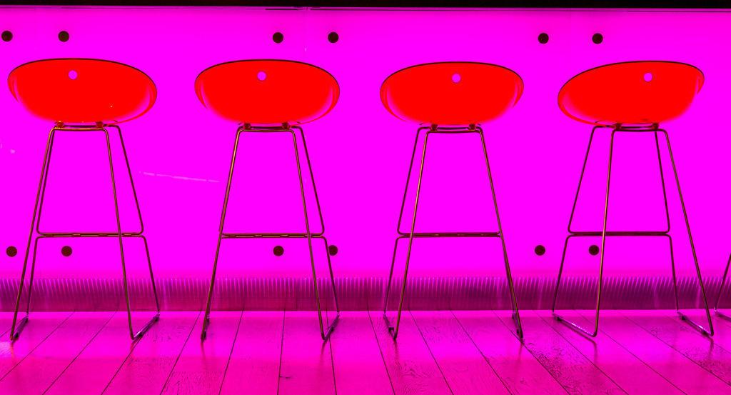 JT-160519-107 | Bar, Restaurant, Barhocker vor einer Pink beleuchteten Bar Theke,