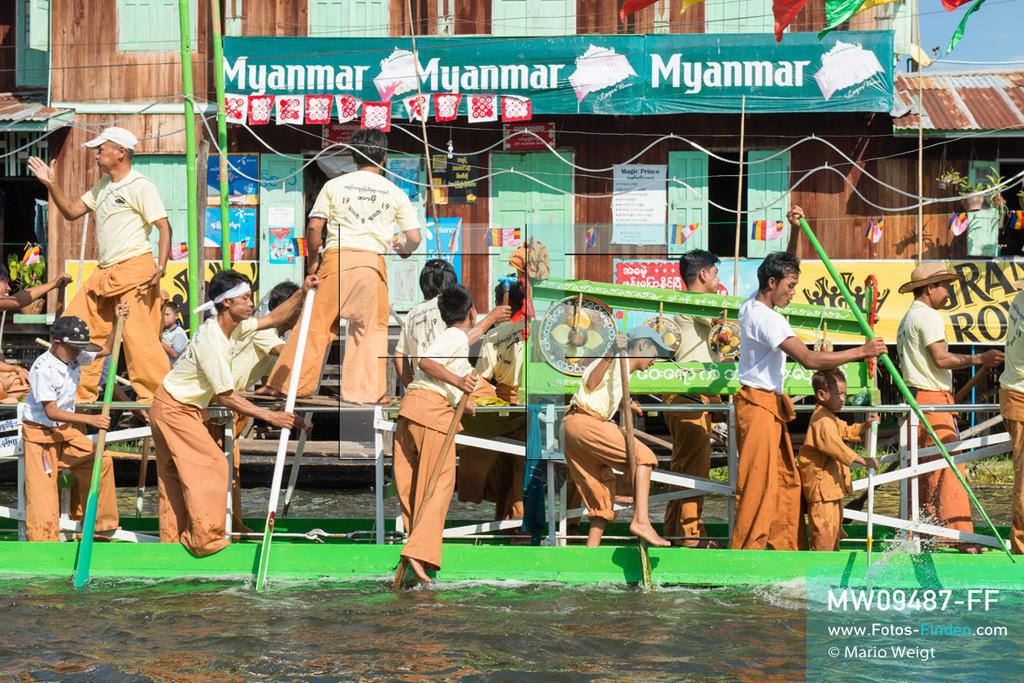 MW09487-FF   Myanmar   Nyaung Shwe   Reportage: Phaung Daw U Fest   Während der großen Bootsprozession ziehen die berühmten Einbeinruderer die königliche Barke Shwe Hintha mit den vier goldenen Buddha-Statuen von Dorf zu Dorf auf dem Inle-See.  ** Feindaten bitte anfragen bei Mario Weigt Photography, info@asia-stories.com **