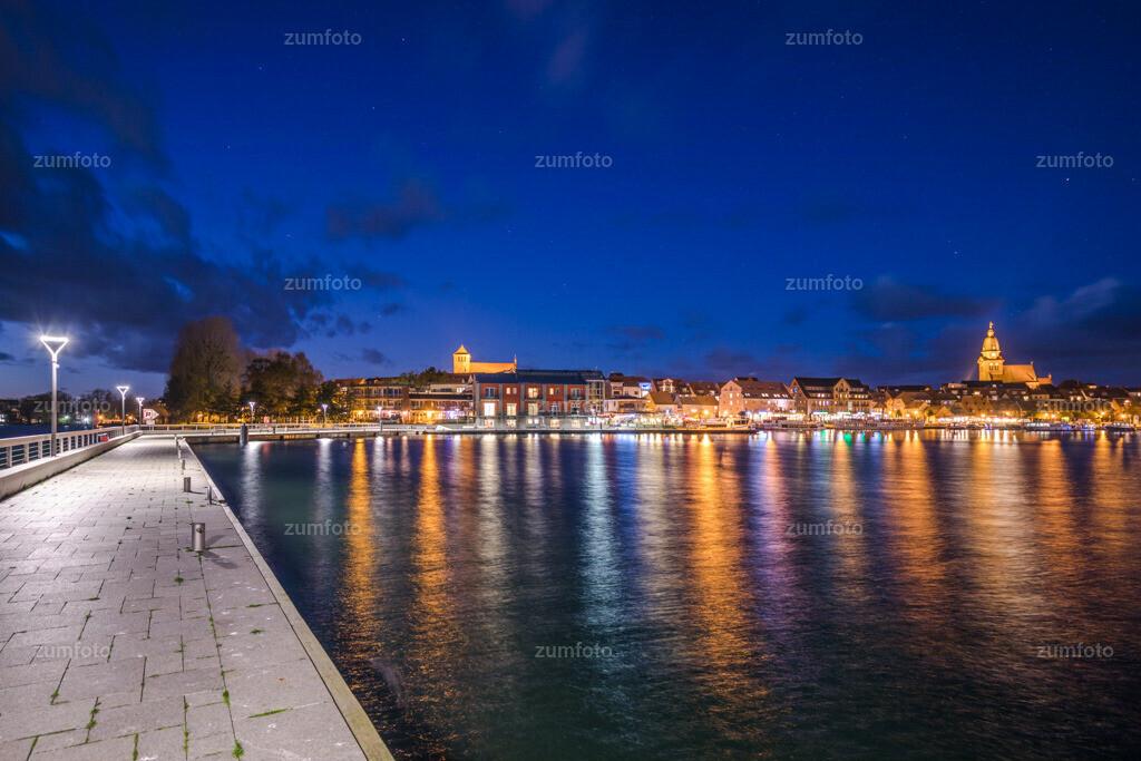 171029_1752-2012-A | --Dateigröße 6720 x 4480 Pixel-- Satdthafen von Waren bei Nacht