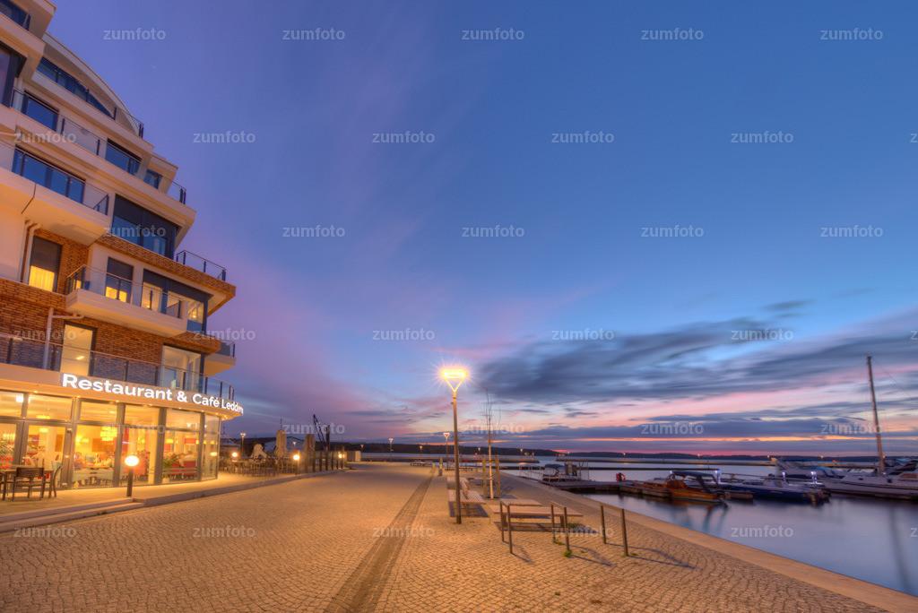 0-171027_1824-1745-49 | --Dateigröße 5621 x 3755 Pixel-- Satdthafen von Waren kurz nach Sonneuntergang