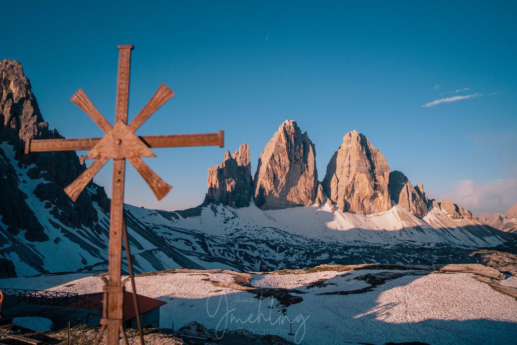 Kreuz an den Drei Zinnen | Morgenlicht mit Kreuz an den Drei Zinnen in Südtirol.