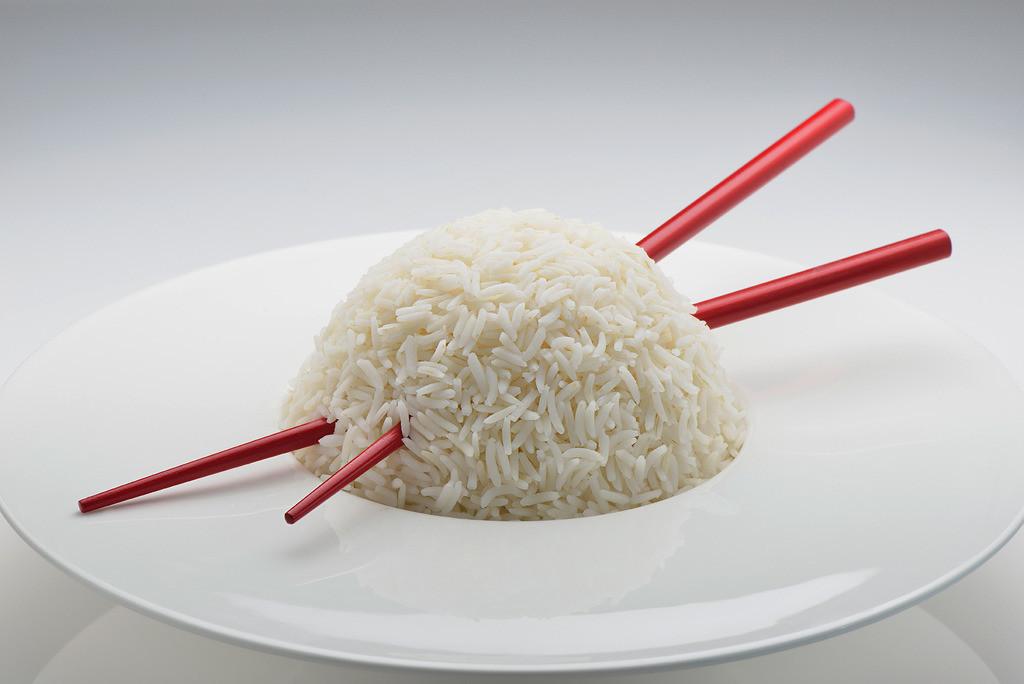 Geisha | Reiskugel durchstoßen von zwei roten Stäbchen