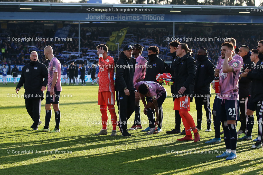 191221svdvshsv_1466 | 21.12.2019 Fussball 2.Bundesliga, SV Darmstadt 98-Hamburger SV emspor, despor  v.l.,  Spieler des Hamburger SV bedankt sich bei den Fans, bedanken, Dank. Mannschaft nach dem Spiel, after the match bedankt sich bei den Fans, applauds the fans, enttaeuscht, enttaeuscht schauend, dissapointed    (DFL/DFB REGULATIONS PROHIBIT ANY USE OF PHOTOGRAPHS as IMAGE SEQUENCES and/or QUASI-VIDEO)