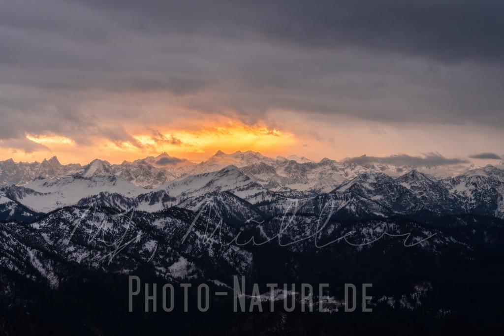 Wie ein Feuerball am Horizont   Dieser Sonnenuntergang spielte sich dramatisch über dem winterlichen Gebirgspanorama ab