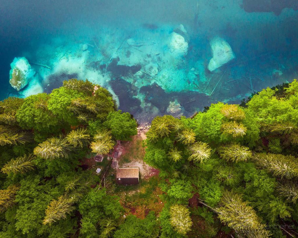 Hütte am See | Luftbild von einer kleinen Hütte am Laghi di Fusine bei Tarvis in Italien