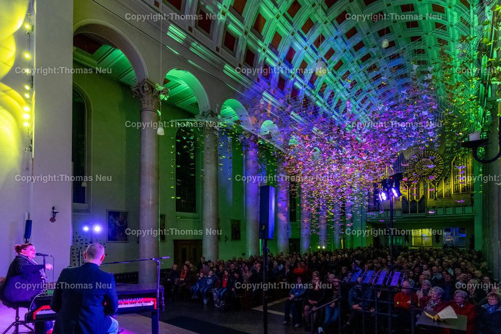 DSC_7808 | Bensheim, Kirche Sankt Georg, Abschlusskonzert unter der Friedenstauben-Installation mit dem Duo Bollwerk , Illumination der Kirche,   ,, Bild: Thomas Neu