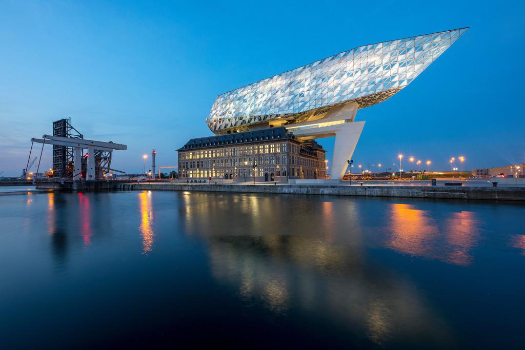 JT-180509-028 | Das Antwerp Port Authority Gebäude, in Antwerpen, Belgien, ehemalige Feuerwehrkaserne im Hafen, renoviert und mit einem aufgesetzten Glasbau, in Form eines Schiffsrumpf, Verwaltungssitz der Antwerp Port Authority,