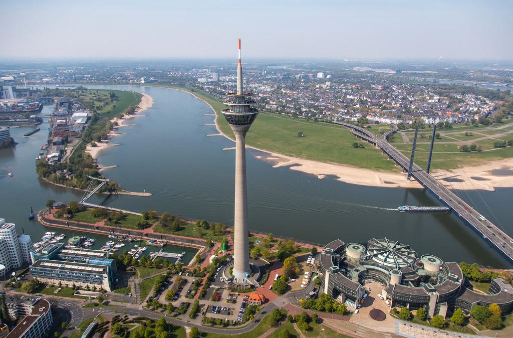 JT-170420-117 | Düsseldorf, NRW Landtags Gebäude am Rhein, Rheinkniebrücke, Rheinturm,