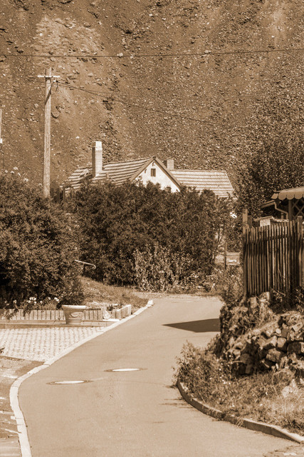 Haus vor Abraumhalde - Harz - Lutherstadt Eisleben - Sachsen Anhalt