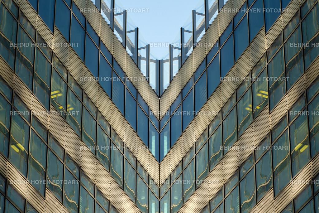 mirrored illusions | Foto einer modernen Hausfassade in Berlin, Deutschland / Digitale Bildbearbeitung. | Photo of a modern house facade in Berlin, Germany / Digital image editing.